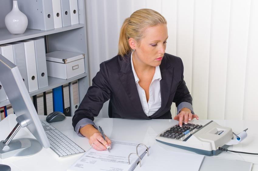 Buchhalterin beim Kontieren