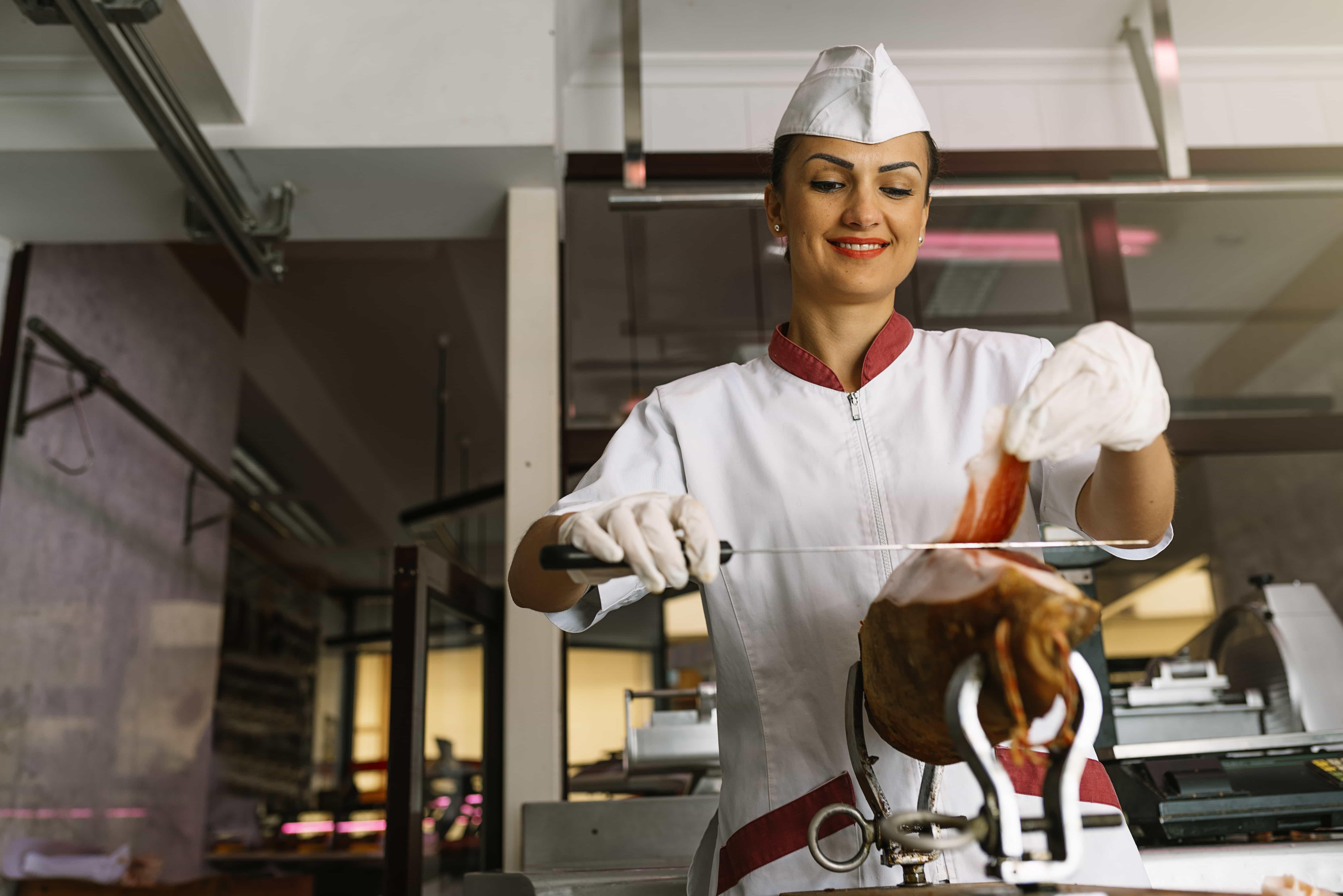 Arbeitsrecht: Junge Frau als Minijober in Metzgerei